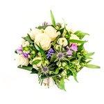 Букет, который можно подарить днём: белые розы, фрезия, хризантемы, гиацинты, синеголовник и свежая зелень  Санкт-Петербурге