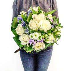 Букет для подарка днем: белые розы, фрезия, хризантемы, гиацинты, синеголовник и свежая зелень  Санкт-Петербурге.