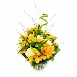 Прекрасные лилии в сочетании с розами и другими составляющими букета
