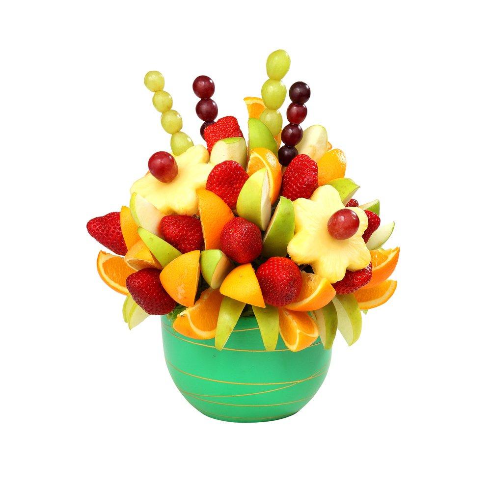 Сочетание свежих фруктов, цитрусов и ягод.