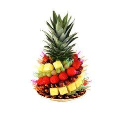 Букет в форме ананаса из самого ананаса, клубники и винограда.