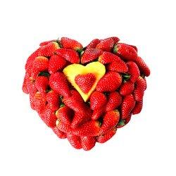 Валентинка в виде сердца из красной клубники.