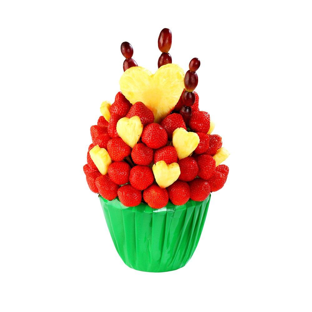 Свежие ягоды клубники и нежный ананас.