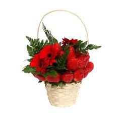 Красные ягоды клубники, герберы и зелень травы. Alle Red