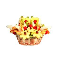 Ананасовые сердца в сочетании с фруктами в большой корзине.