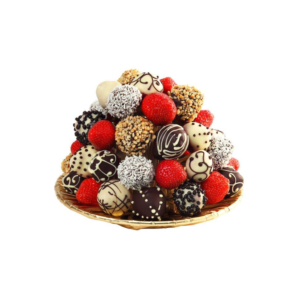Свежая клубника в шоколаде с кокосовой стружкой и ореховой крошкой.