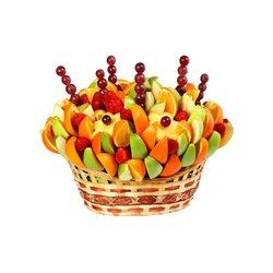 Большая корзина с фруктами и цитрусами.