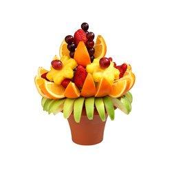 Самые свежие фрукты и ягоды в букете.