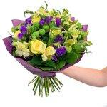 Цветочная композиция из альстромерии желтой, буплерума, жёлтой розы микс, салала, статицы и хризантемы зеленой