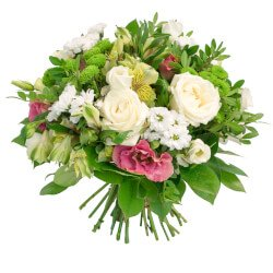 Букет с альстромерией жёлтой, розовым лизиантусом, белыми розами 50 см, листьями салала, фисташкой, хризантемой сантини разноцветный микс в Санкт-Петербурге