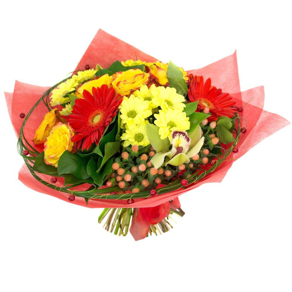 Букет с берграсом, герберами красными, гиперикумом красным, орхидеей цимбидиум жёлтой, розами жёлтыми, листьями салала, хризантемами кустовыми жёлтыми в Санкт-Петербурге