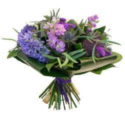 Синий гиацинт, матиола и королевские розы.