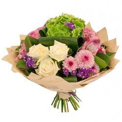 Букет из розовых альстромерий, листьев аспидистры, зелёной гортензии, белых роз, сочных листьев салала, статицы и кустовых хризантем в Санкт-Петербурге