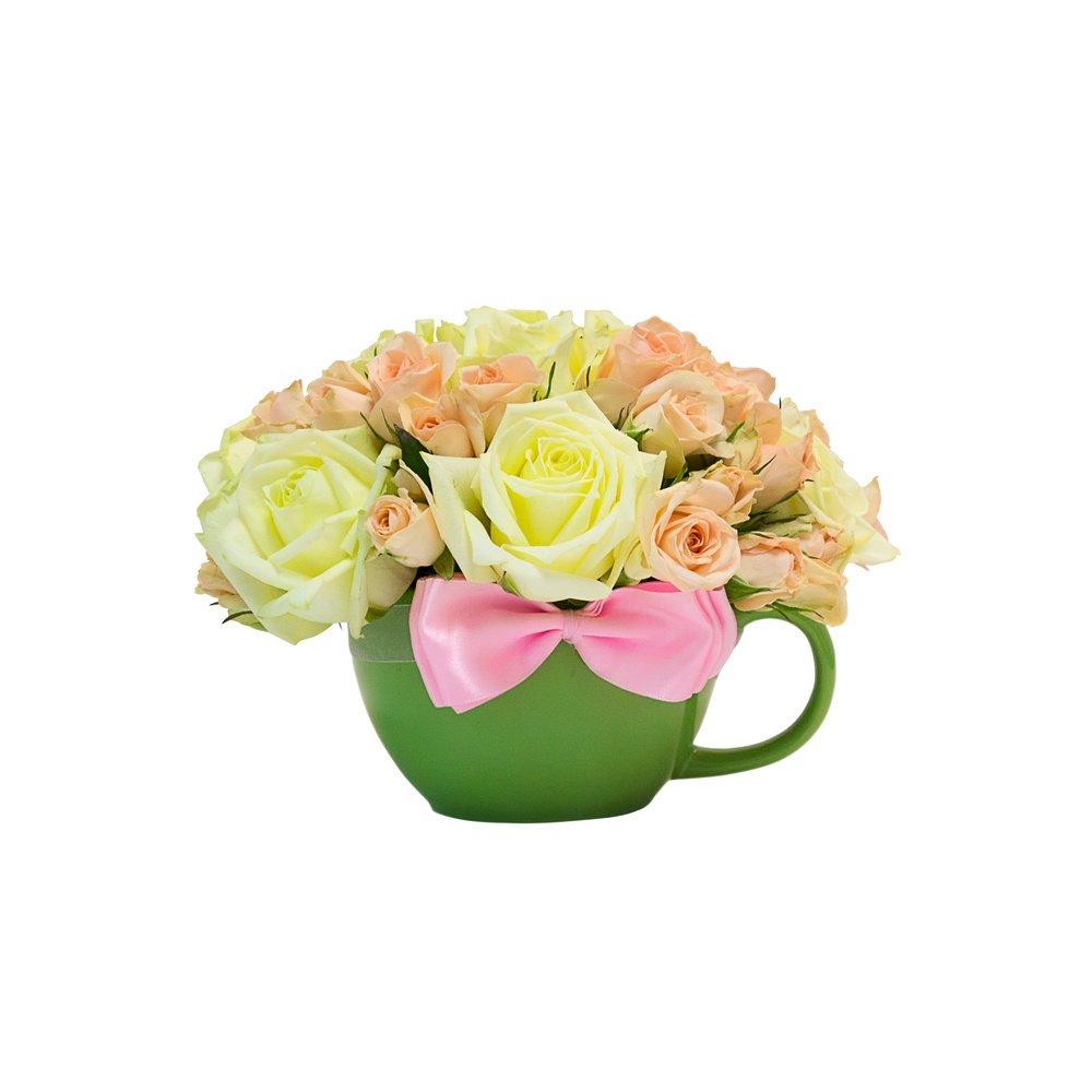 Розы белые и розовые в чашке с милым бантиком
