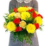 Очень яркий букет из роз Аваланж Пич, роз Вау, желтых роз микс и фисташки