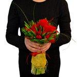 Букет из 29 красных тюльпанов, украшенных валентинками.