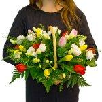 Тюльпаны, розы и фрезии в оригинальной корзинке.