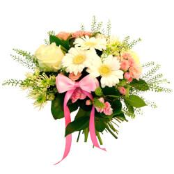 Детский букет из гербер, гринбелла, белых роз, кустовых белых роз, хризантем и листьев салала в Санкт-Петербурге