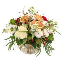Букет с апельсинами, гиперикумом красным, матиолой, белыми розами, розами красными, листьями салала, эвкалиптом в Санкт-Петербурге