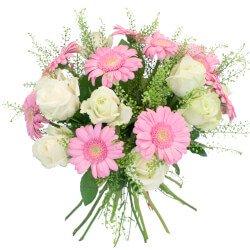 Букет из гербер розовых мини, гринбелла и белых роз