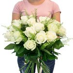 Букет из белых роз и веточек гринбелла в Санкт-Петербурге