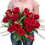 Букет из красных роз и гринбелла в Санкт-Петербурге