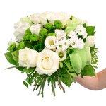 Букет из белых лизиантусов, белых роз 50 см, листьев салала, фисташки, хризантем Сантини разноцветных микс в Санкт-Петербурге