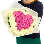 Букет в форме сердца из розовых и белых роз в Санкт-Петербурге