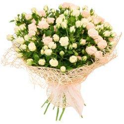 Букет из белых и персиковых кустовых роз в Санкт-Петербурге