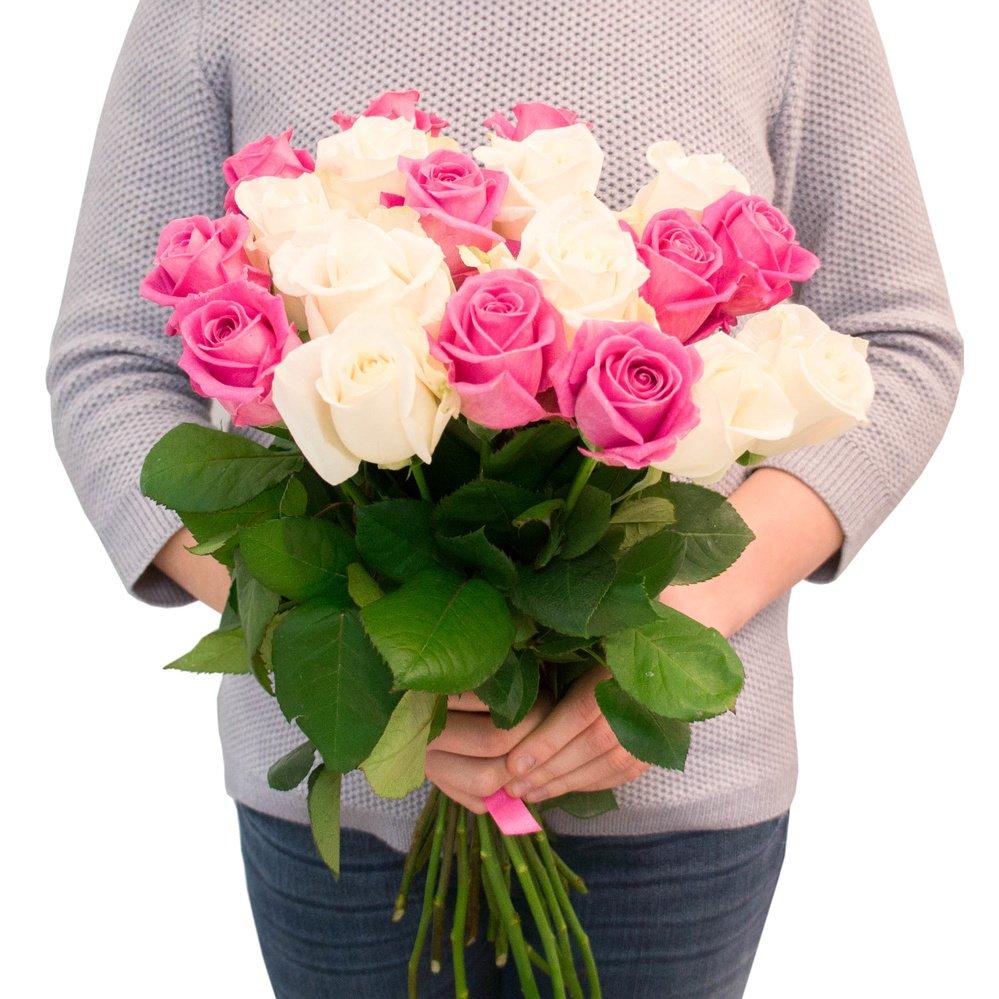 19 белых и розовых роз
