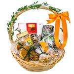 Подарочная корзина с разными сладостями. Заказывайте с доставкой по СПб.