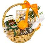 Сладости в подарочной корзине - хороший сюрприз для любого человека.