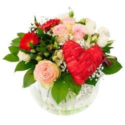 Красное сердце в окружении прекрасных цветов