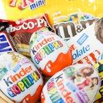 Кто из детей не любит сладости и сюрпризы. Киндер-сюрприз в сочетании с другими сладостями в красивой корзине.