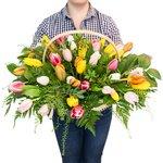 Большая корзина с тюльпанами в Санкт-Петербурге