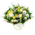 Букет из белых роз, жёлтых тюльпанов, хризантемы, вероники и гринбелла в Санкт-Петербурге