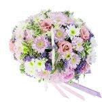 Прекрасный букет в корзинке: лизиантус розовый, пионы розовые, хризантема Сантини, хризантема сиреневая кустовая