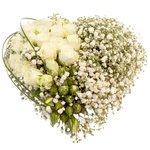 Закажите букет в виде сердца из гипсофилы, берграса и розы белой кустовой