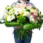 Букет избелых орхидей, розовых роз илизиантусов, белых хризантем, альстромерий игербер, аспидистры в Санкт-Петербурге