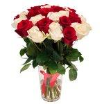Букет из 31 красной и белой розы в Санкт-Петербурге