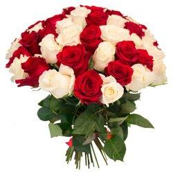 Букет из 55 красных и белых роз в Санкт-Петербурге
