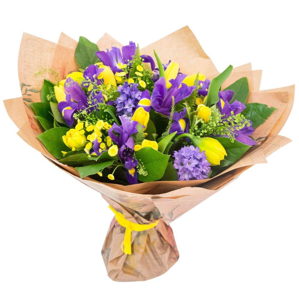 В ожидании весны: букет из ирисов, тюльпанов, гиацинтов и нарциссов