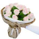 Букет из розовых роз и листьев салала в крафтовой упаковке в Санкт-Петербурге