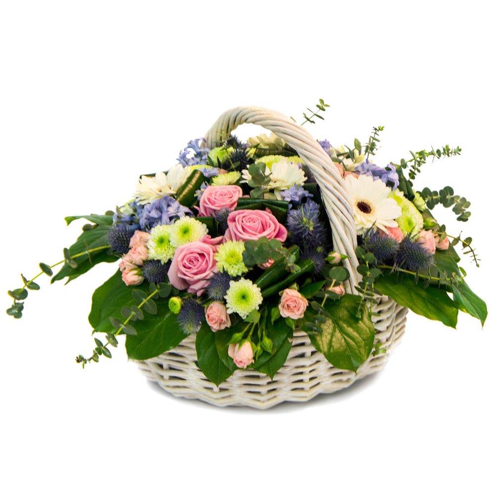 Корзина цветов в нежно-розово-голубой гамме в Санкт-Петербурге