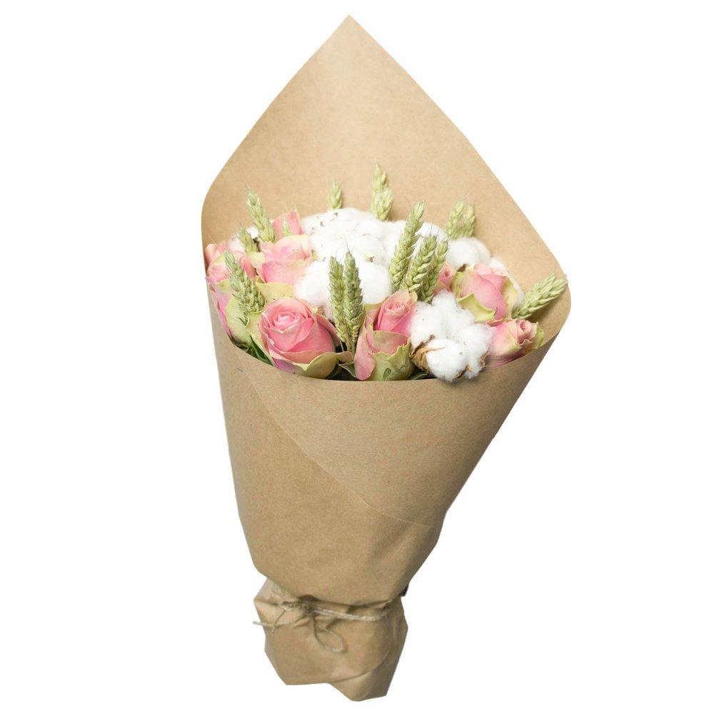 Неожиданное сочетание колосков, хлопка и розовой розы