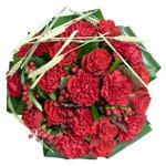 В составе букета аспидистра, гвоздика красная, колоски и красные розы.