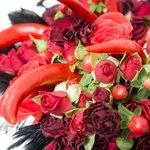 Букет невесты с розами, перьями, перцами, красным гиперикумом для свадьбы в стиле рок в Санкт-Петербурге