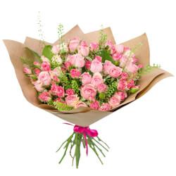 Букет из кустовых розовых роз, гринбелла и листьев салала в Санкт-Петербурге
