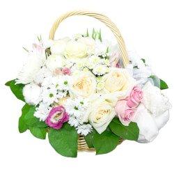 Корзина цветов с пинетками в подарок с рождением малыша в Санкт-Петербурге