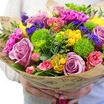 Букет из розовых альстромерий, буплерумов, диантусов, роз кустовых розовых (40 см), фиолетовых роз, листьев салала, сиреневых гвоздик, статицы, фисташки, жёлтой фрезии в Санкт-Петербурге.